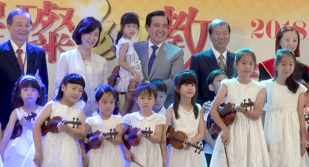前總統馬英九(抱小孩)人氣回升,最近所到之處頗受歡迎。 圖/聯合報系資料照片