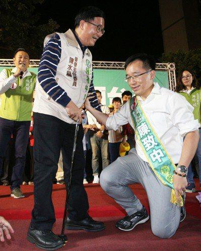前總統陳水扁(左)盡力幫助兒子陳致中獲得前鎮、小港更多選民支持。 記者劉學聖/攝...