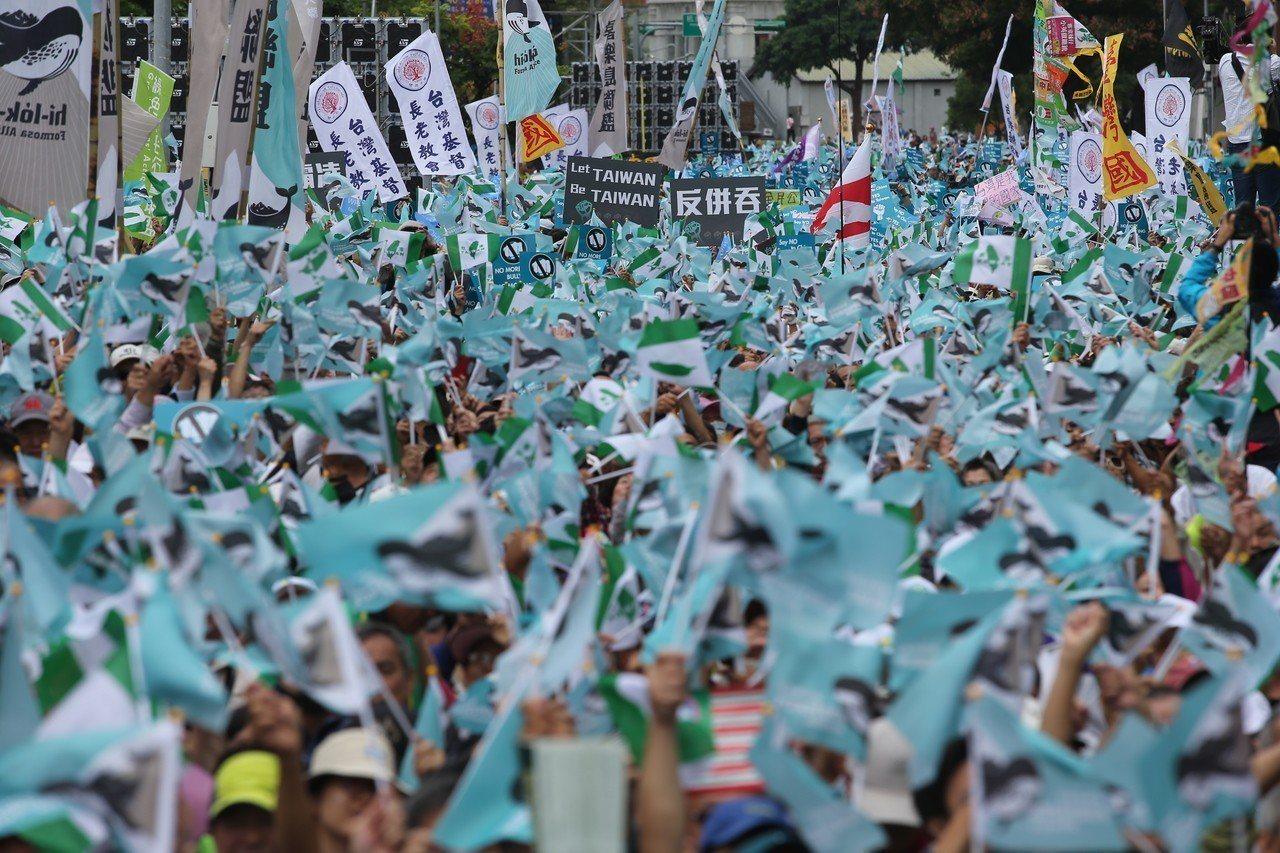 陳水扁全力支持喜樂島聯盟舉辦的「全民公投反併吞大遊行」。 圖/聯合報系資料照片