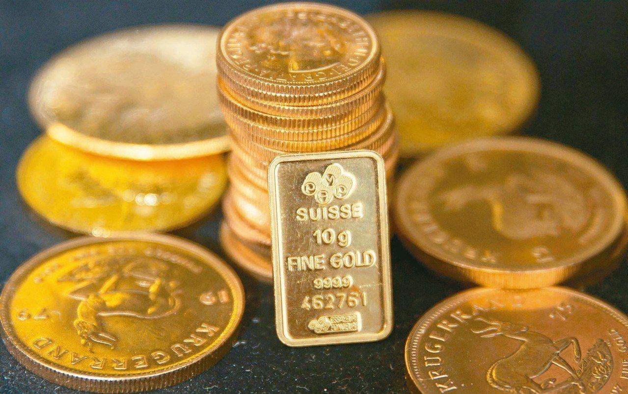 股市大跌拖累油價,卻也刺激出黃金避險需求。 (法新社、路透)