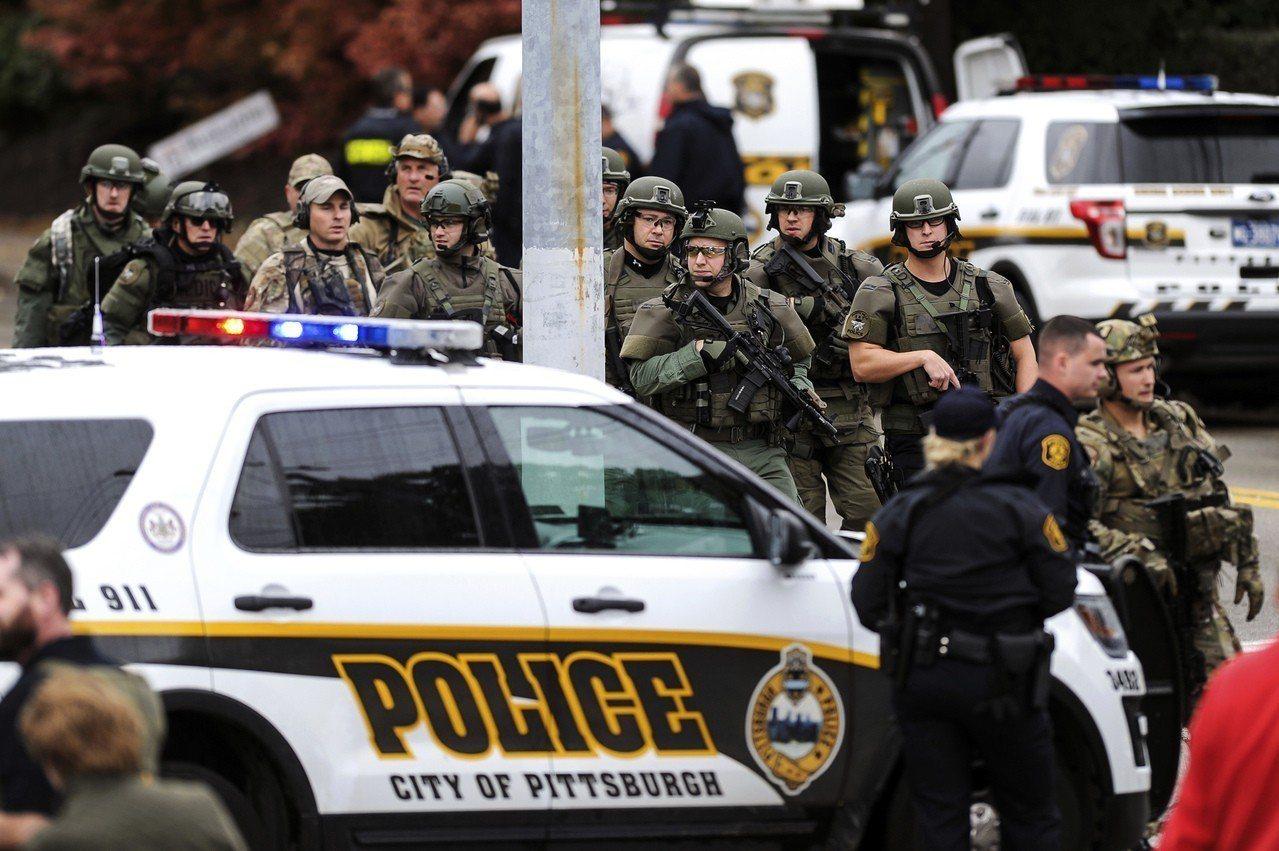 2018年10月27日上午,美國賓州生命樹猶太教堂爆發11死槍擊案,大批執法人員...