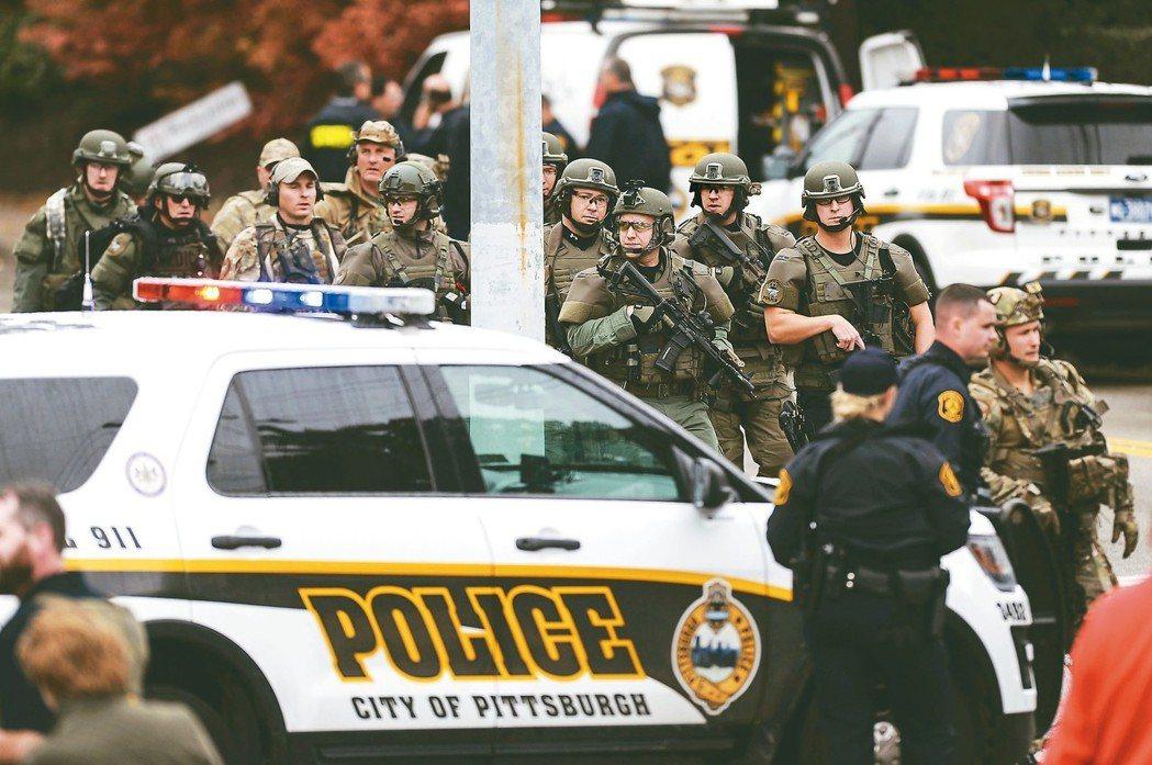美國賓州匹茲堡「生命樹」猶太會所27日發生槍擊案後,大批警察趕到現場。 美聯社