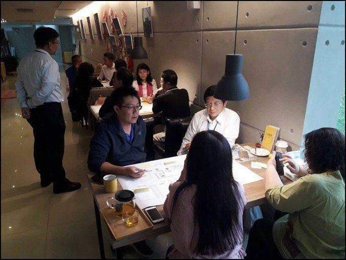 EBI卓越領袖共贏會創辦人徐國雄博士指導各小組完成「獲利模式藍圖」。 EBI卓越...