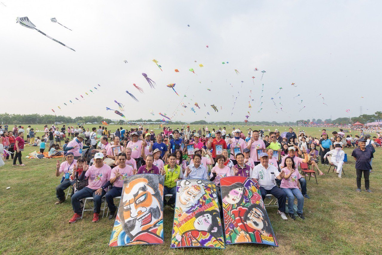「2018屏東國際風箏節」昨天在高屏溪河濱公園熱鬧展開,各具特色的造型風箏、硬板...
