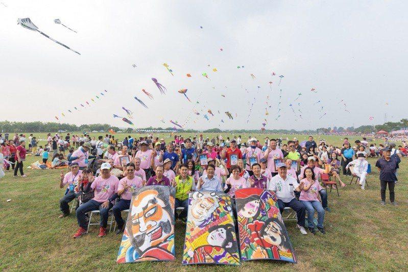 「2018屏東國際風箏節」昨天在高屏溪河濱公園熱鬧展開,各具特色的造型風箏、硬板風箏及特技風箏同時在屏東的天空綻放。圖/縣府提供