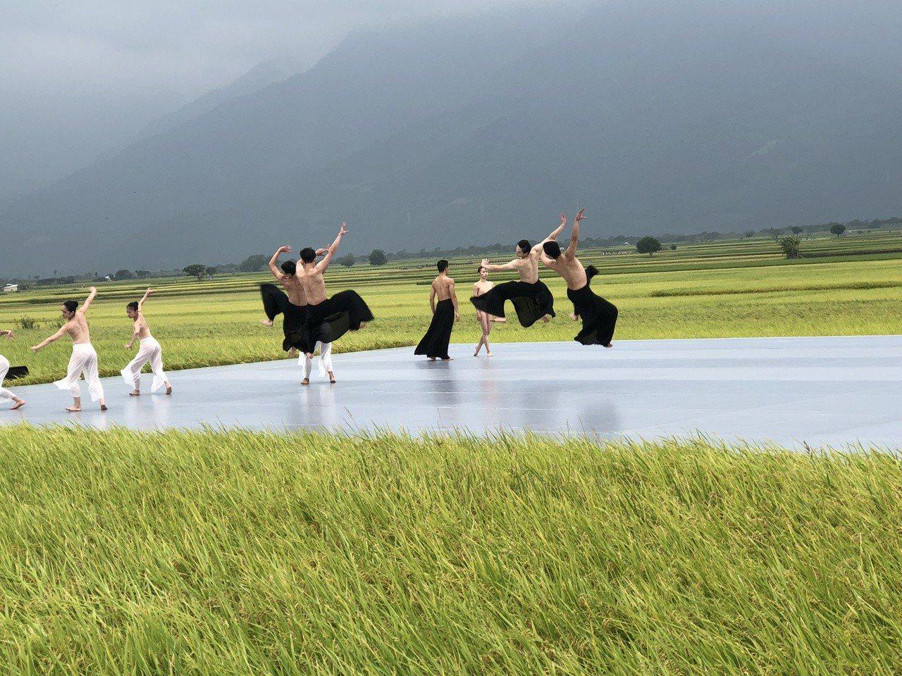 雲門昨在台東池上演出,由於沒下雨,舞者才能做這種「飛起」的跳躍動作。記者何定照/...