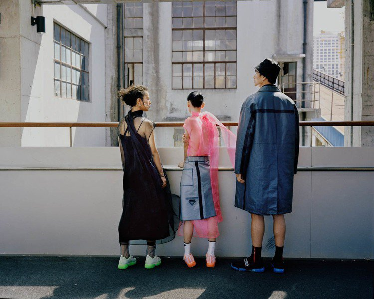 攝影師劉樹偉紀錄了一群年輕人在上海高樓開放空間的駐足身影,對比背景的城市風景呈現...