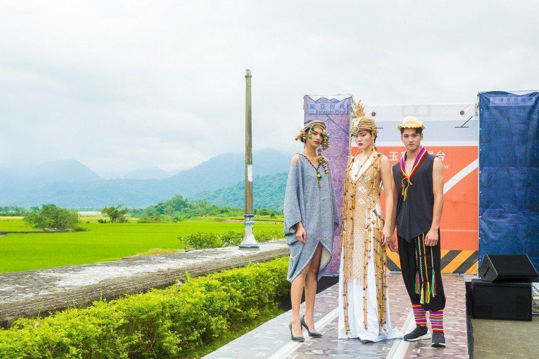 伊林模特兒周祥蕙(左起)、張念慈、信維宗率領17名模特兒走秀。圖/伊林提供