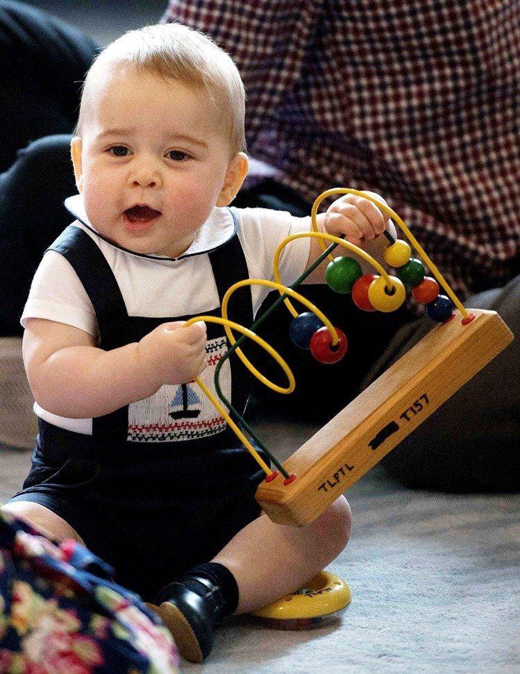 喬治才8個月大時就隨著父母出訪,超萌的「尿布外交」馬上成為全球話題。圖/路透