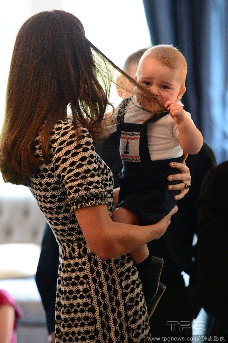 8個月大的喬治拉扯媽媽的頭髮。圖/達志影像