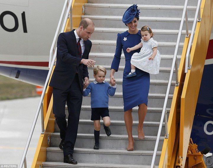 威廉與凱特帶著喬治、夏綠蒂出訪加拿大,同色系穿搭超搶眼。圖/摘自英國每日郵報