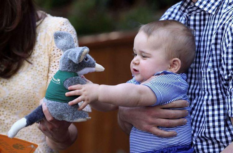 喬治在澳洲收到Macrotis玩偶。圖/路透