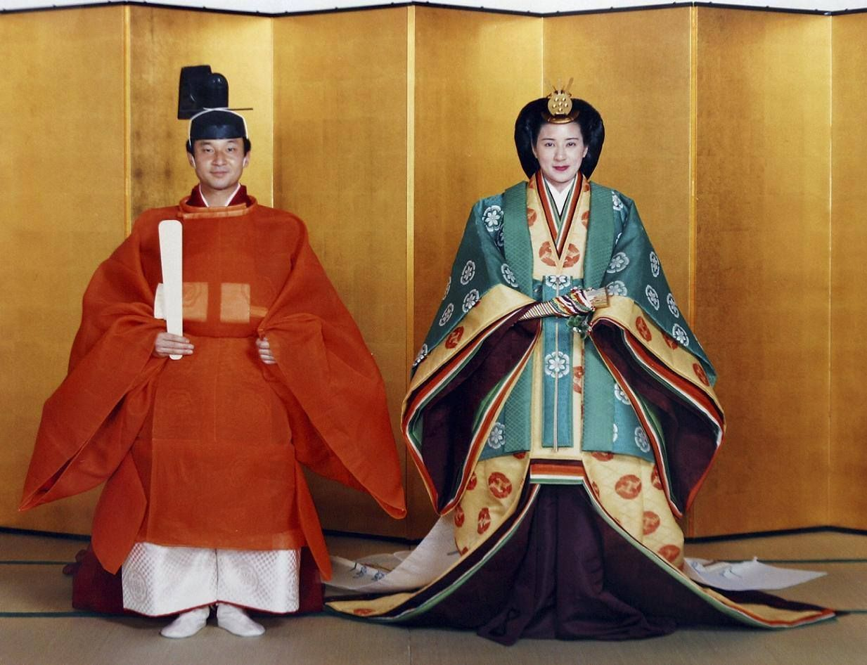 日本皇太子德仁和雅子妃在1993年6月2日結婚前,皇室公布兩人穿著傳統結婚禮服的...