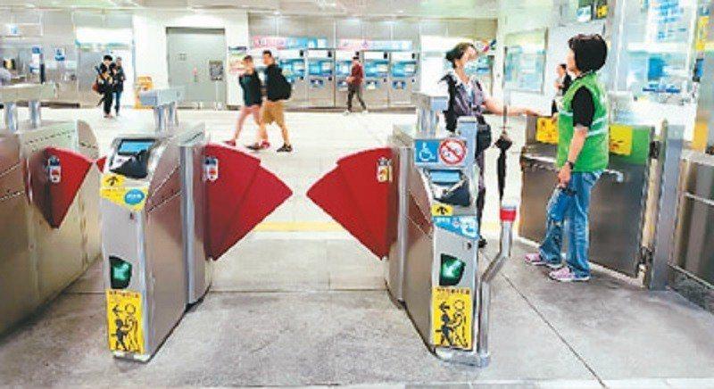 台北捷運站內設有無障礙通道和服務鈴。人民日報海外版