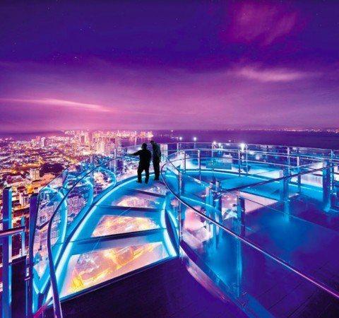 The Top彩虹步道是全球最高的空中圓弧形玻璃步道。圖/檳城旅遊提供