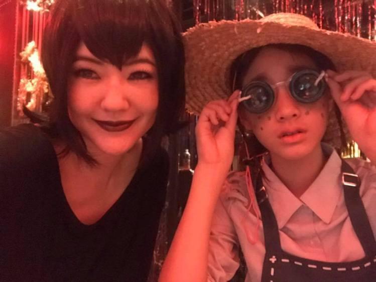 小S扮成動畫電影「尖叫旅社」吸血鬼女主角梅菲絲,女兒則是扮成手機遊戲「第五人格」...