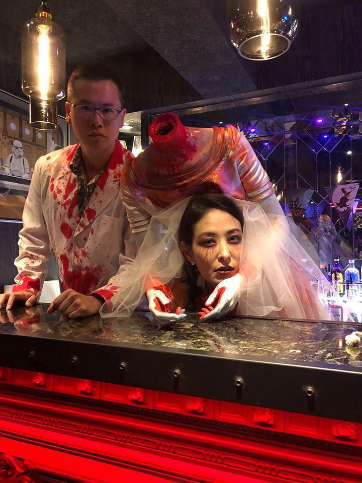賈永婕和老公更是煞費苦心打扮成斷頭新娘和棄屍的老公,逼真的道具與妝容看來非常嚇人...