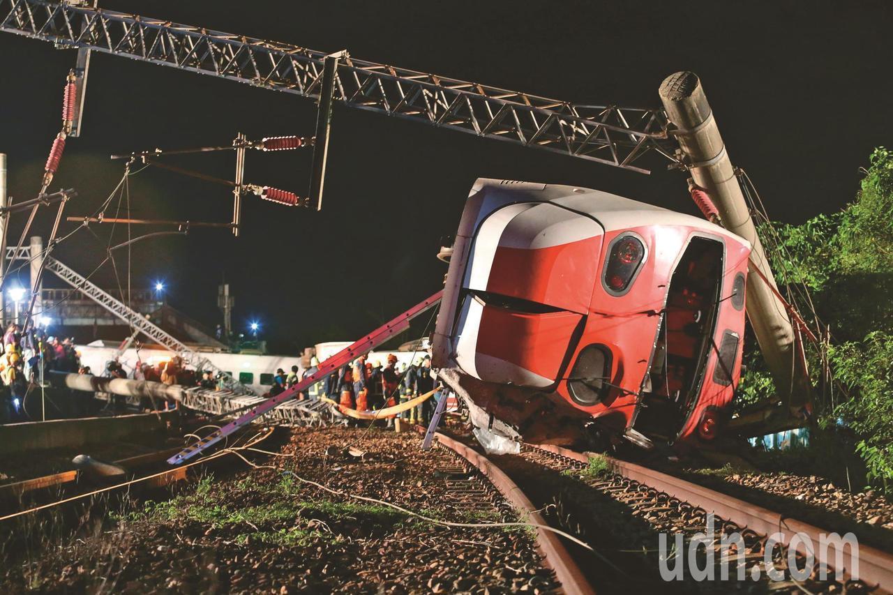 台鐵普悠瑪上周在宜蘭新馬站附近發生翻覆事故,造成嚴重死傷。報系資料照