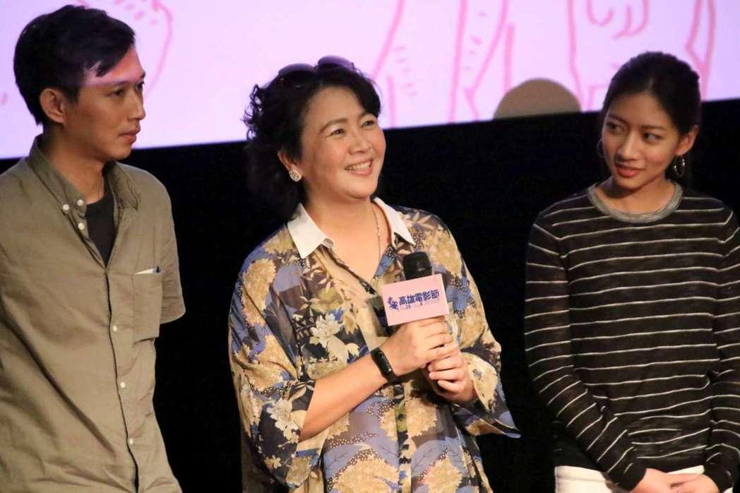 導演莊翔安(左起)、王琄以及陳妤出席「媽媽桌球」高雄電影節全台播映。圖/高雄電影...