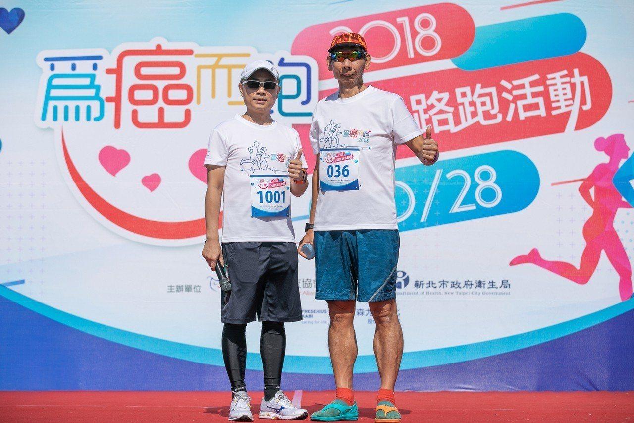 莊啟仁(圖右)舌癌治療後積極參與路跑活動,跑出自己的人生下半場。 記者簡浩正/攝...