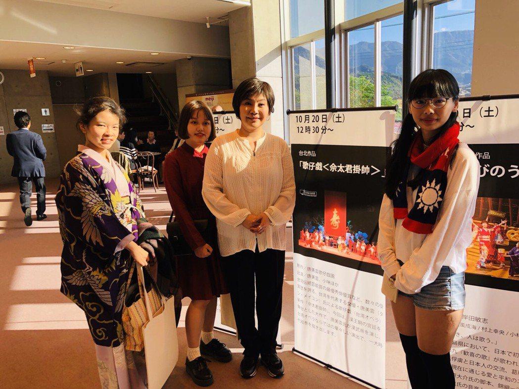 唐美雲赴日本愛媛縣出席「日本8K映像演劇祭」,吸引當地台灣留學生到場支持。圖/民...