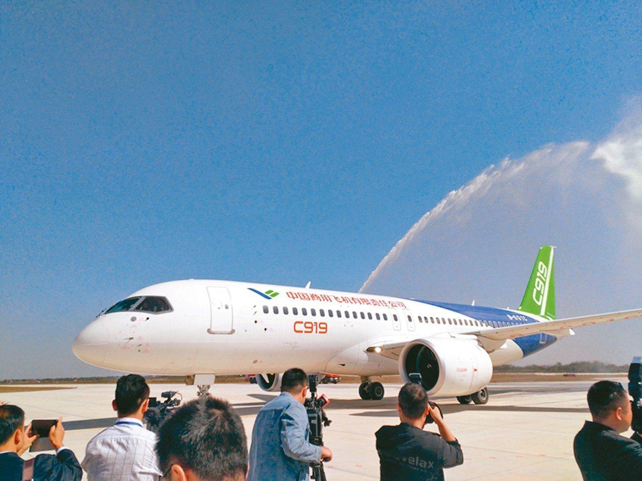 10月27日,中國國產大飛機C919大型客機第二架機平穩降落在江西南昌瑤湖機場。...
