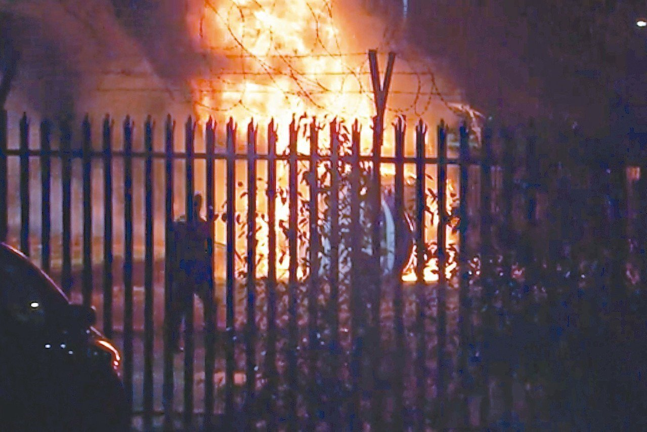 錄影畫面顯示,維猜搭乘的直升機廿七日在英國萊斯特市球場外的停車場墜地並燃起大火。...
