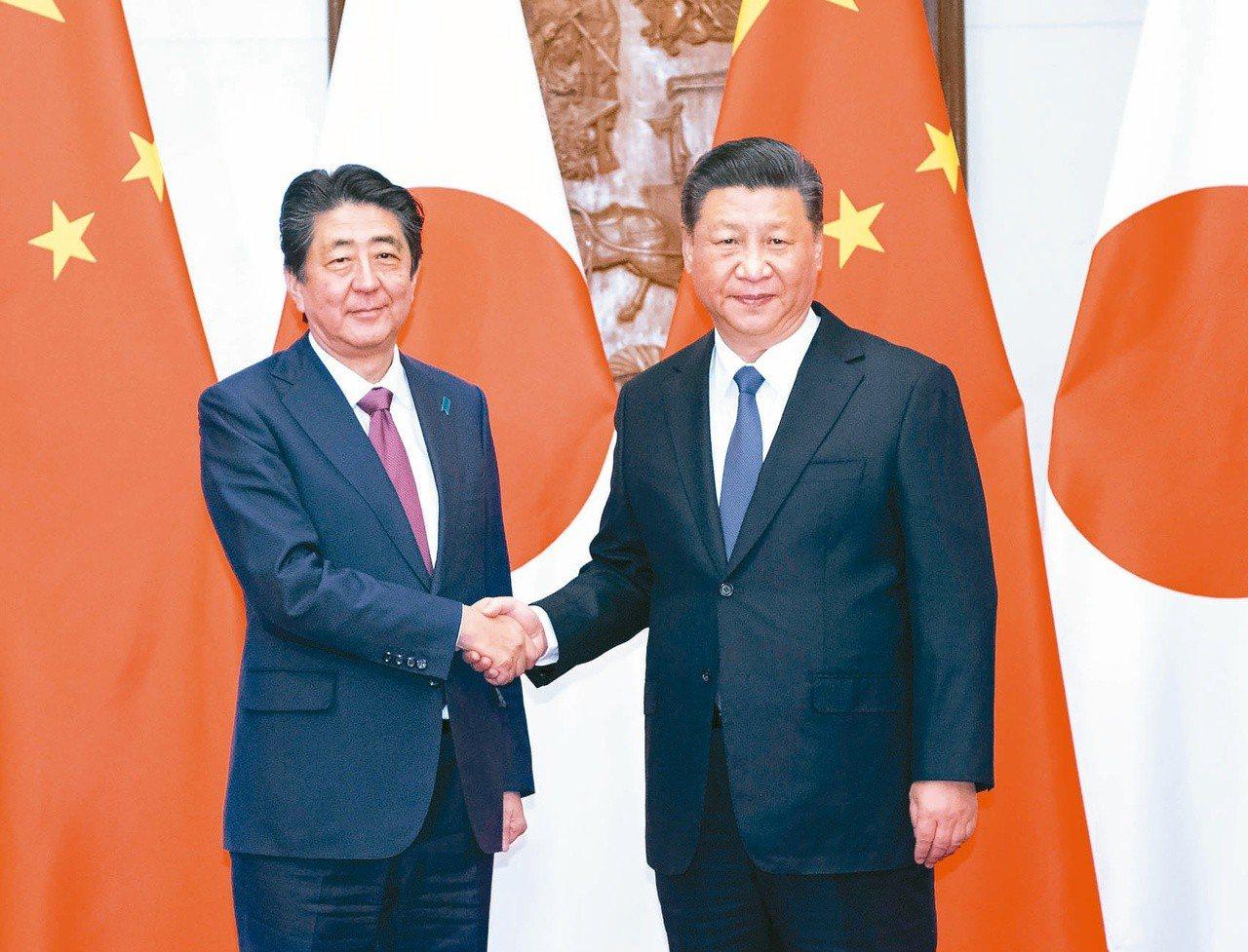 日本首相安倍晉三(左)結束訪陸,日本媒體指雙方關係從競爭走向協調,但還存在釣魚台...
