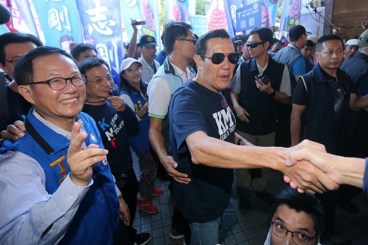 前總統馬英九(前右)昨天陪同國民黨台北市長候選人丁守中(前左),前往公館商圈掃街...