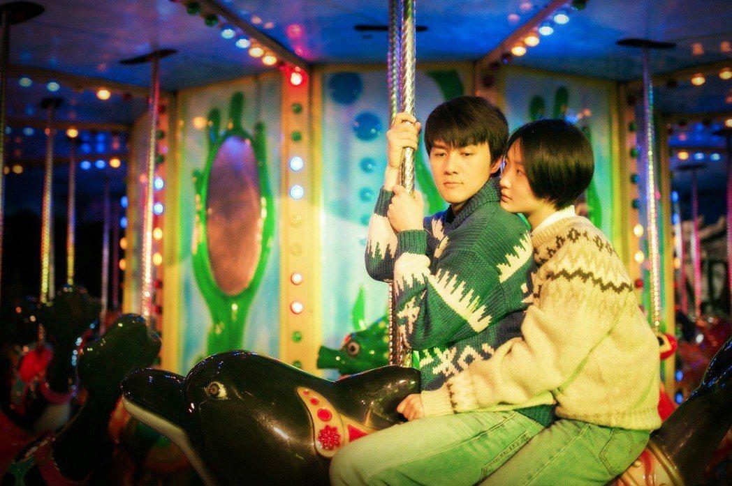 吳克群(左)在片中戀上周依然。圖/和羣娛樂提供