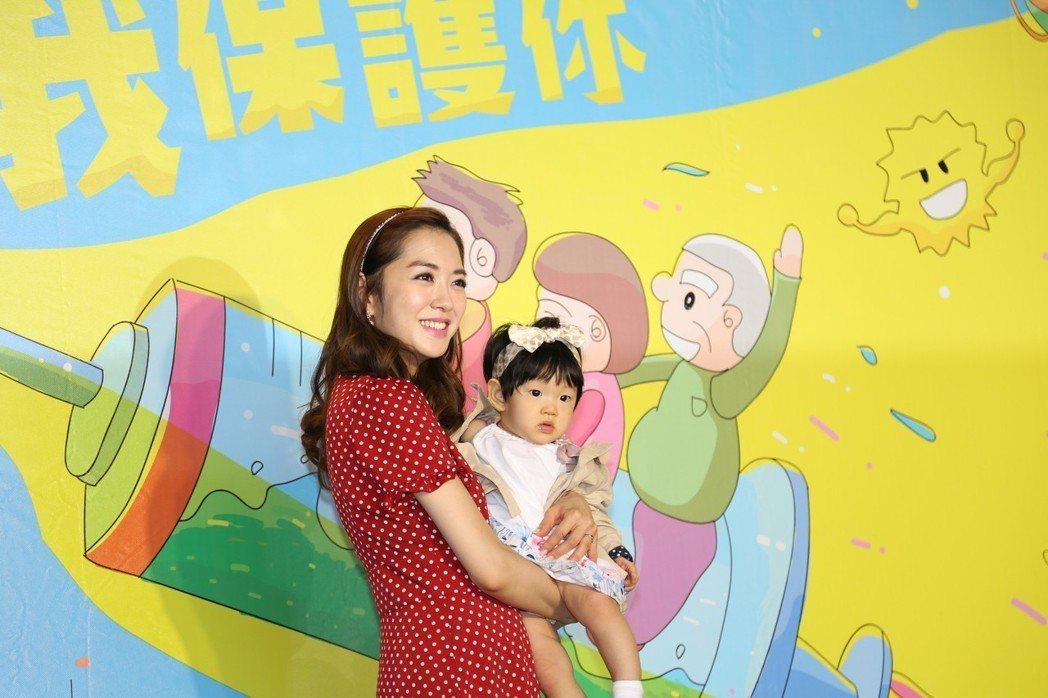 楊千霈女兒娃寶好奇地看著媒體鏡頭。圖/疾管署提供