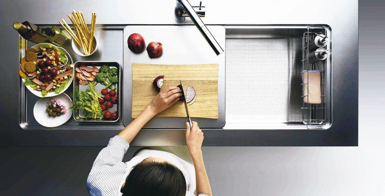 日系Cleanup旗下CENTRO廚具手工打造不鏽鋼水槽,加上活動料理平台設計,...