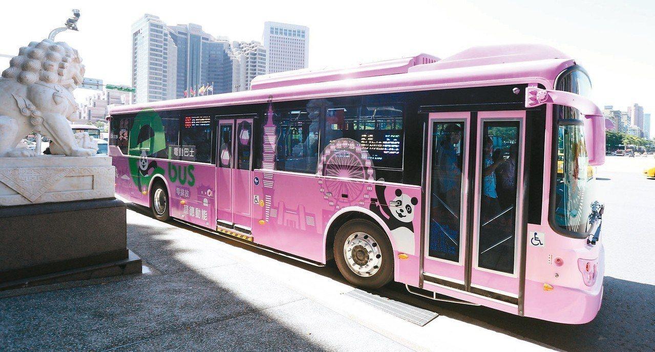 台北市第一條全電動公車路線66路,今天上午正式營運。 記者侯永全/攝影