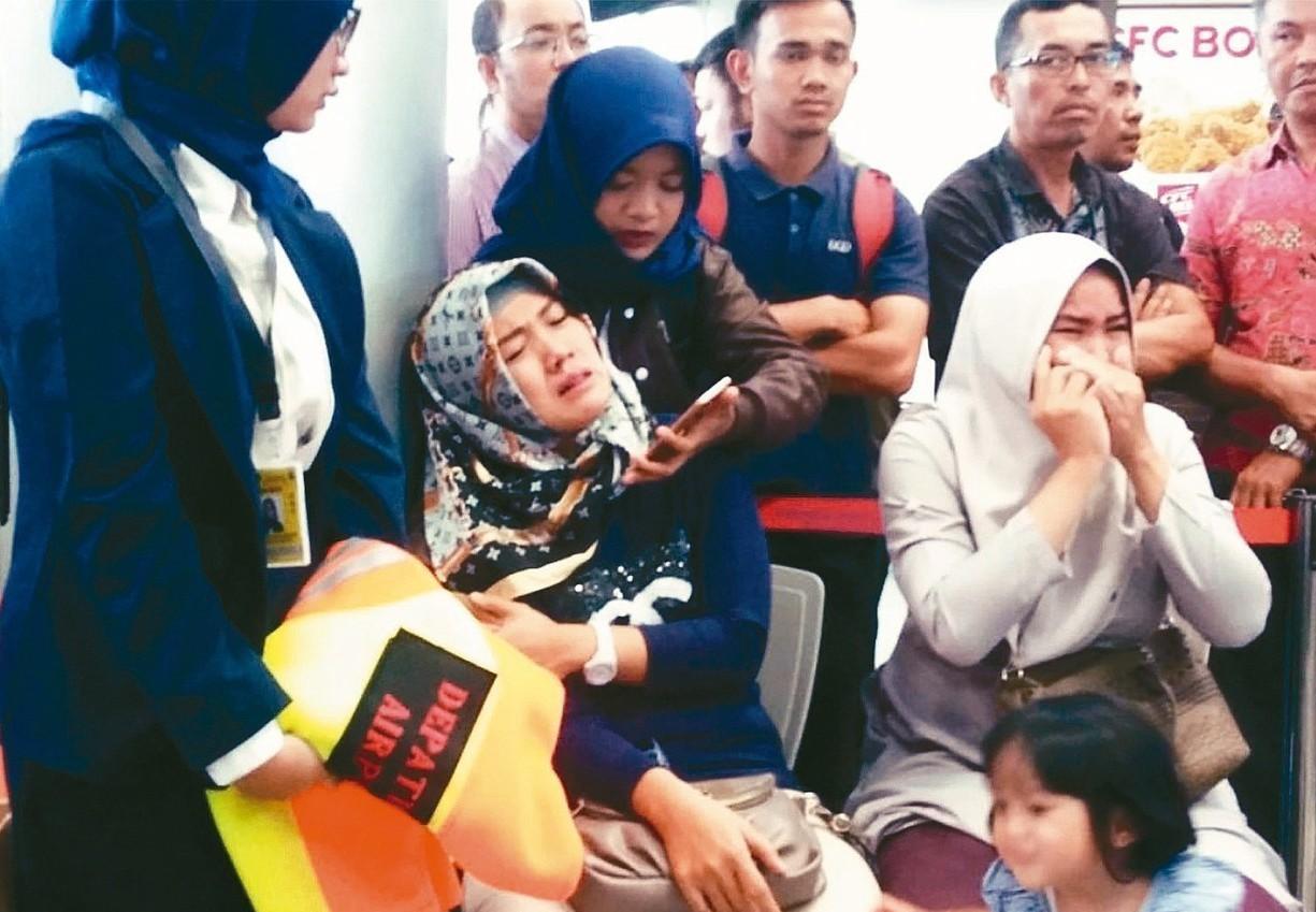 印尼獅航JT610航班29日早晨驚傳墜海,機上189人生死未卜,家屬在邦加檳港的...