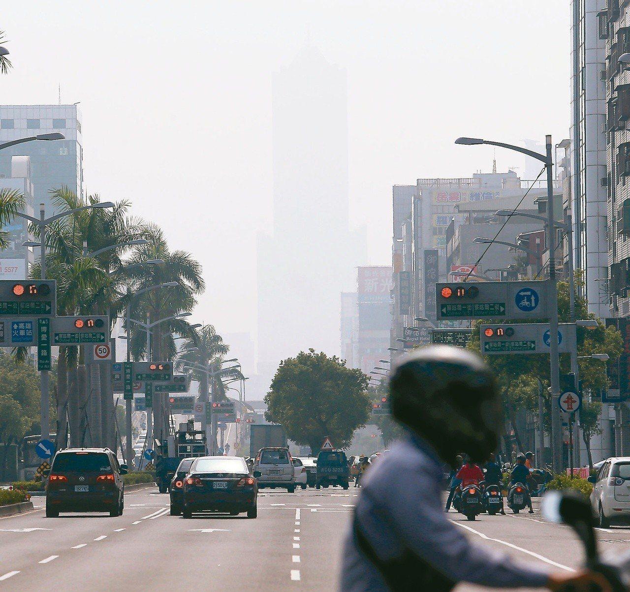 南部空汙嚴重,空氣髒到爆表,高雄地標85大樓都快要看不見輪廓。 圖/聯合報系資料...