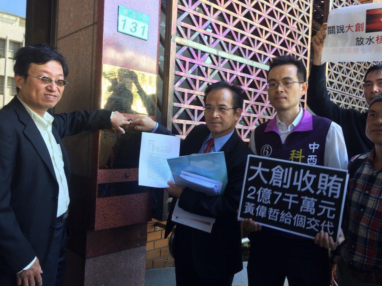 無黨籍台南市長候選人蘇煥智今赴台北地檢署告發黃偉哲、黃偉哲前辦公室主任曾碧珠、經...