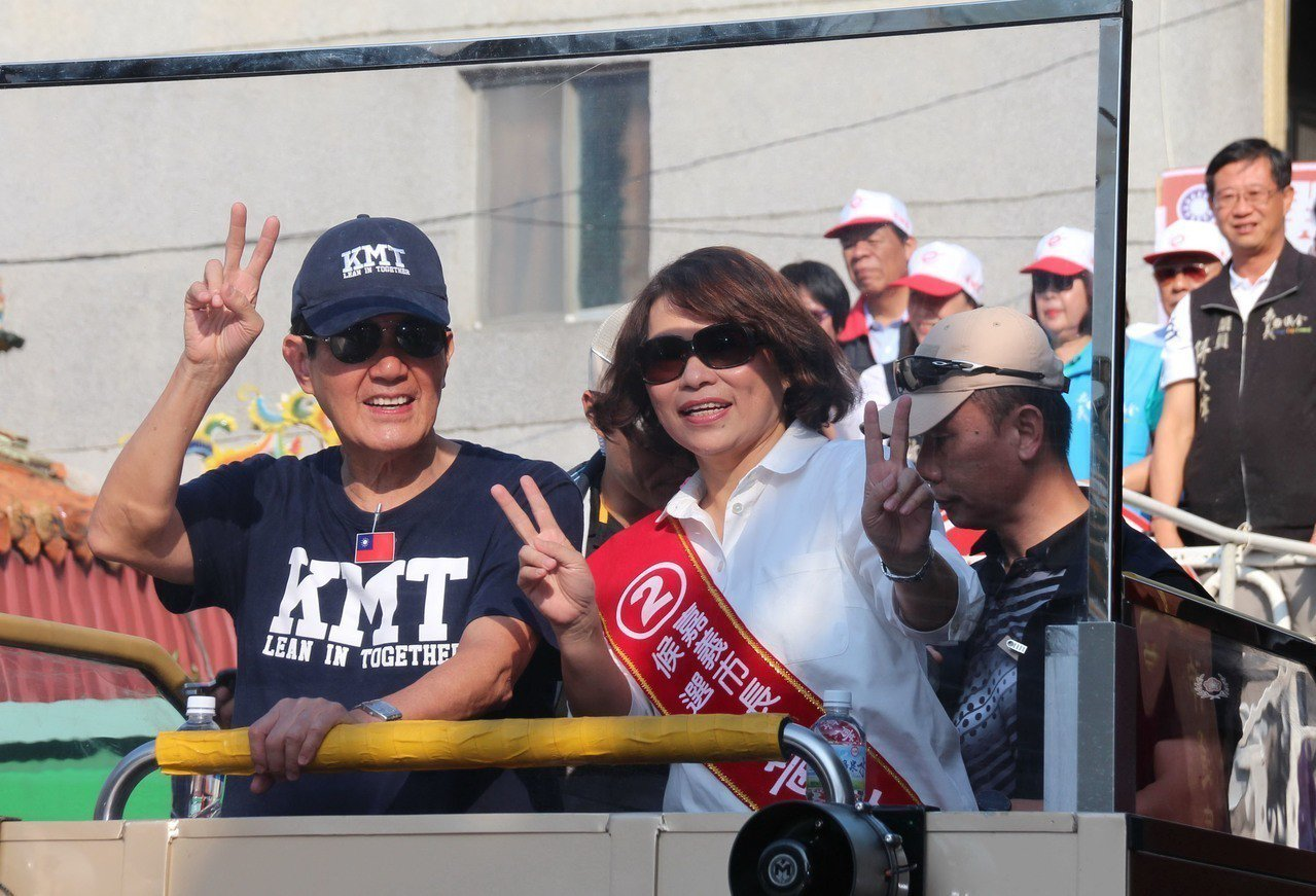 前總統馬英九(左)29日陪同國民黨嘉義市長參選人黃敏惠(左2)掃街拜票,對黃敏惠...