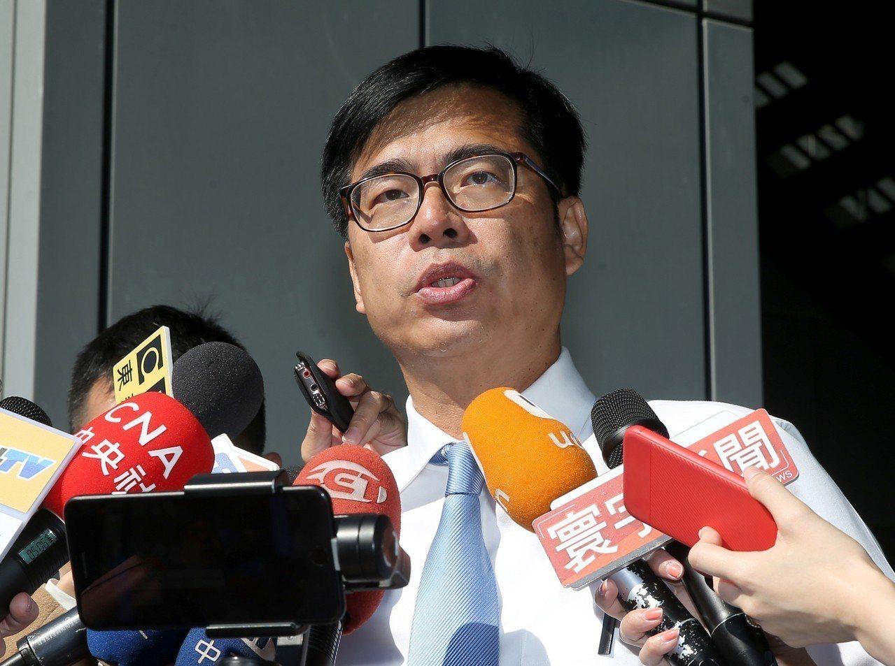 民進黨高雄市長候選人陳其邁(圖)昨天北上錄製電視節目前接受媒體訪問,談到Line...