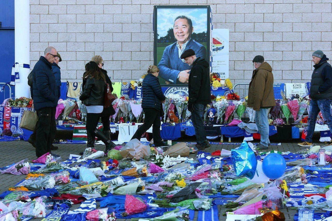 泰國億萬富豪維猜27日驟逝,民眾在他的遺像前獻上鮮花和貢品以示悼念。 歐新社