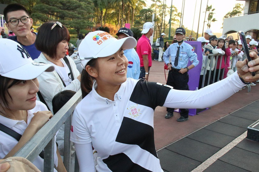 雖未拿下生涯LPGA首勝,徐薇淩仍開心與粉絲自拍,展現大將之風。 陳志光/攝影