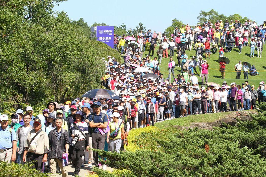 最後一天湧入大批人潮,單日達32,496位觀眾進場觀賽加油。 裙襬搖搖/提供