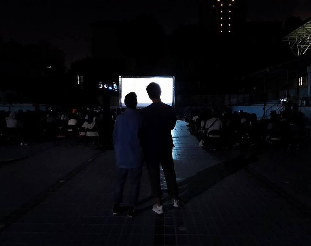 陳柏霖(右)與桂綸鎂(左)陪同現場觀眾重溫電影「藍色大門」。 圖/擷自陳柏霖IG