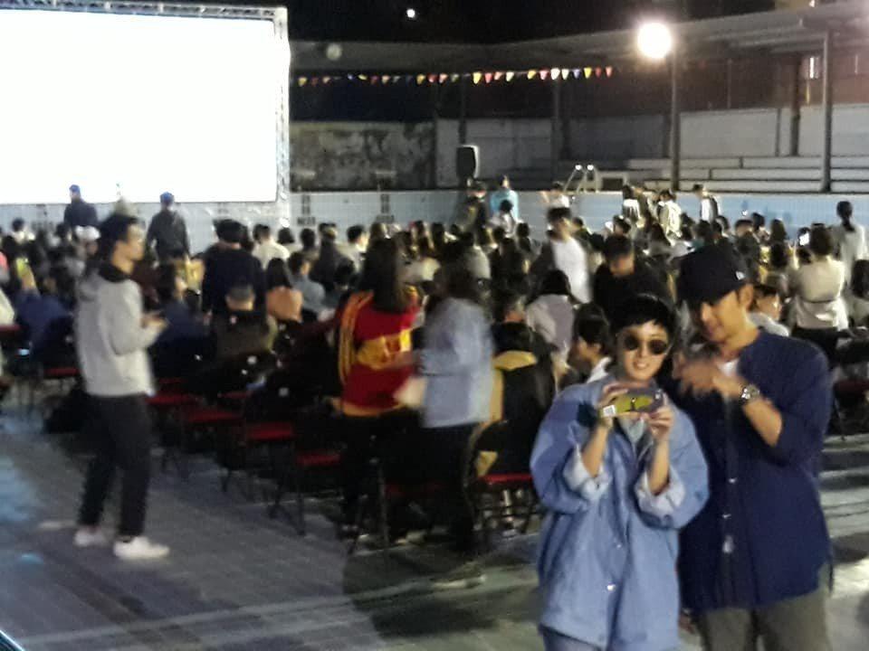 陳柏霖(右)與桂綸鎂(左)陪同現場觀眾重溫電影「藍色大門」。 圖/擷自易智言臉書