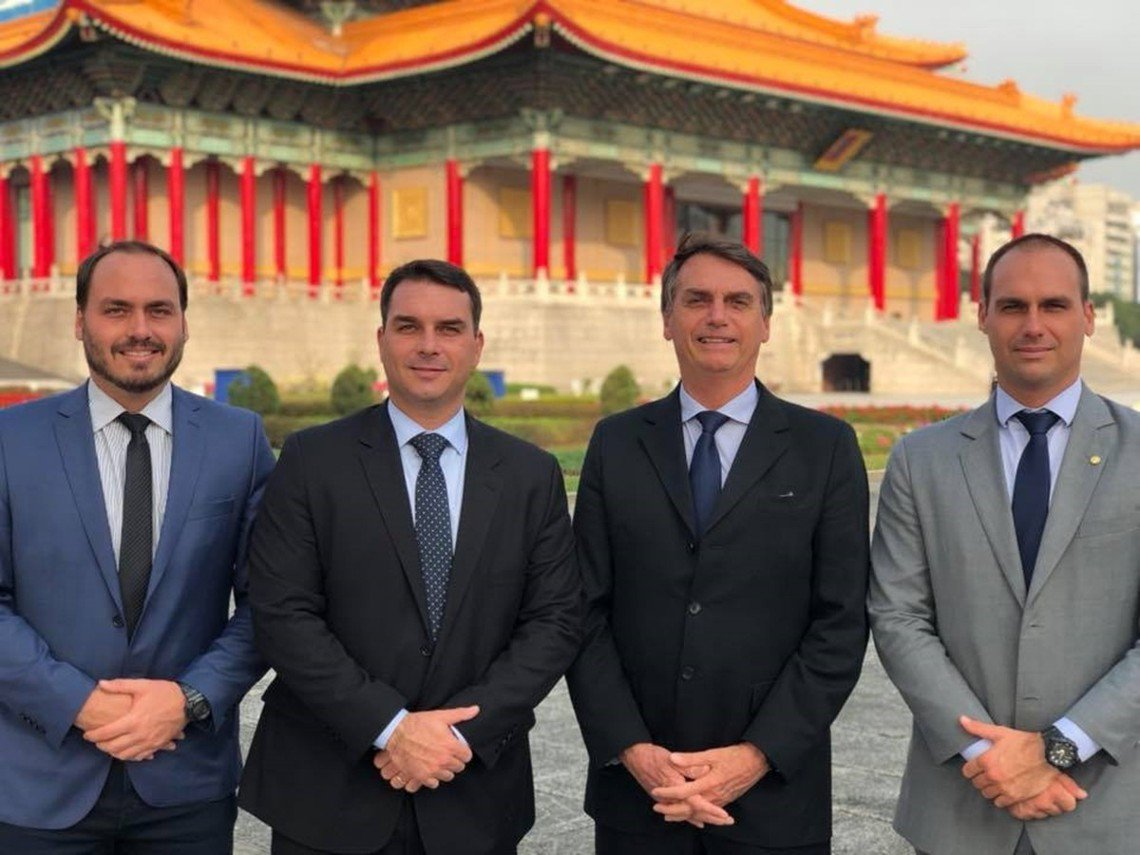 在啟動參選布局後,博索納羅(右二)也曾與兒子與親信幕僚們於今年3月輕裝訪問台灣。...