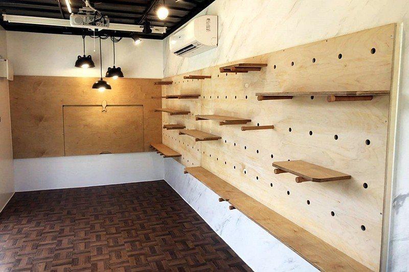 高職生團隊協力將一座大鵬國小校園閒置的花圃,改造成多功能藝文展演貨櫃教室。 圖/...