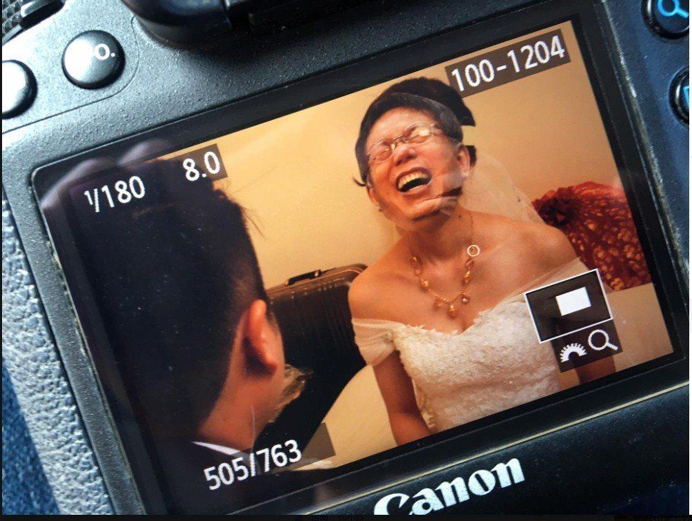 攝影師幫一對新人拍婚攝,當新郎掀開新娘的頭蓋時,發現眼前所見的不是他的新娘子,而...