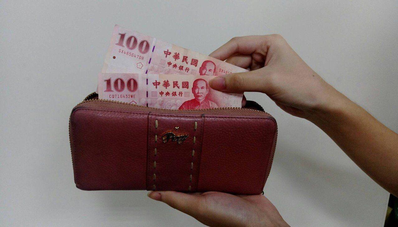 網友抱怨月薪26K,媽媽每個月跟她要2萬孝親費,令她吃不消。圖/聯合報系資料照片