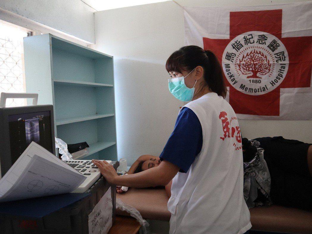 李亭儀為吉國婦女進行乳房超音波檢查。 圖片提供/馬偕紀念醫院