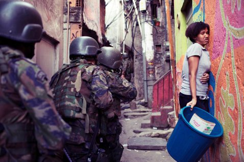 博索納羅不是通過軍事政變上台,但民主還是可能向後退的,巴西可能將會是個新的官僚威...