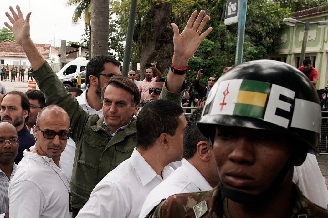 博索納羅與其副總統拍檔穆拉奧(Hamilton Mourão)都是軍人出身,認為...
